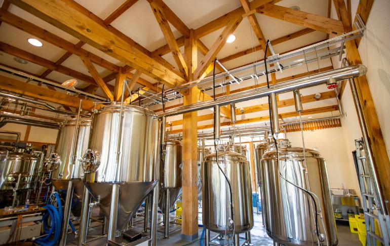 写真:仕込みタンクがずらりと並ぶ醸造施設